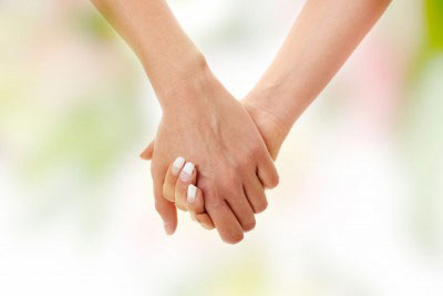 2-women-holding-hands